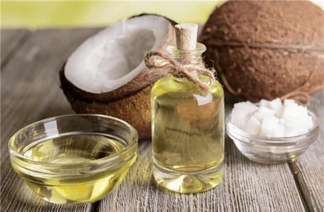 Tẩy trang bằng dầu dừa