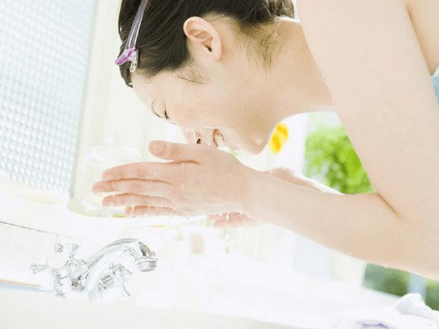 Dùng nước ấm để rửa mặt