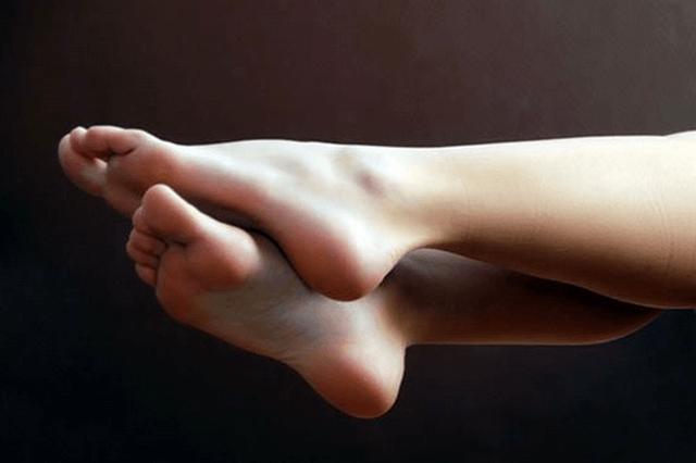 Dưỡng ẩm cho gót chân
