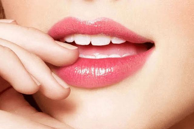 Khi mới phun môi trong thời gian đầu không nên đánh son
